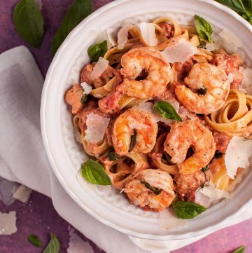Shrimp pasta in a rosé sauce is a quick and elegant dinner. Ready in under half an hour!