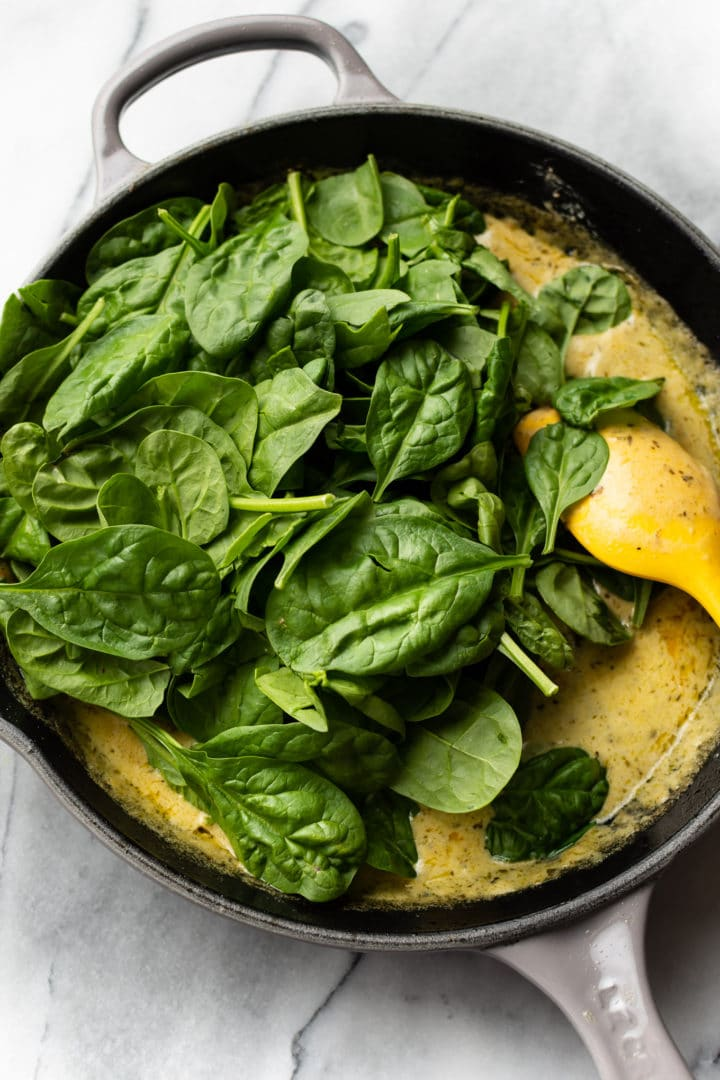 how to make chicken pesto pasta (fresh spinach and sauce in a skillet)