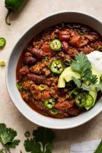 The best quick and easy beef chili recipe is right here! 30 minutes on the stove and you're done. It's healthy and totally delicious.