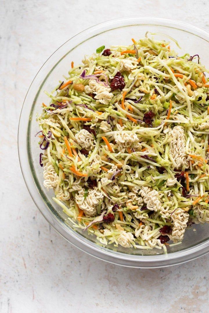 broccoli ramen slaw in a glas prep bowl