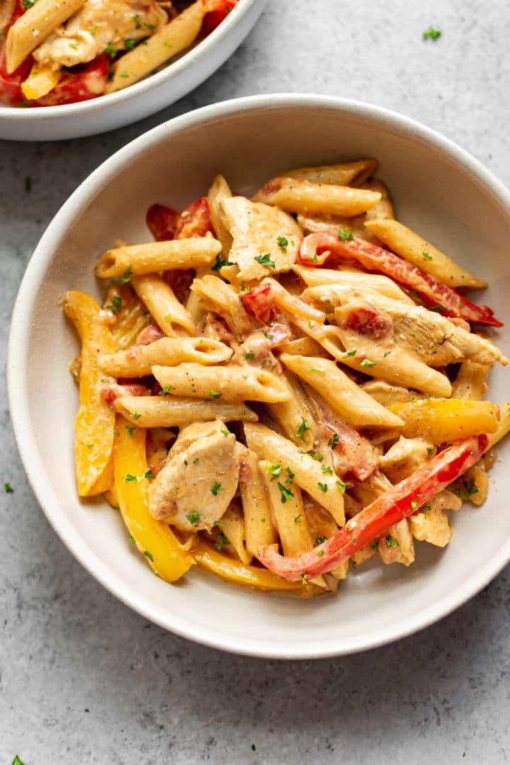 chicken fajita pasta in two white bowls